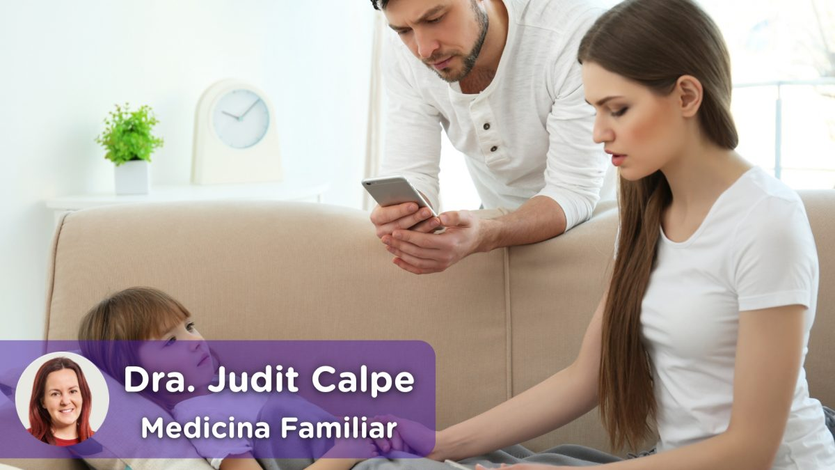 Madre midiendo la fiebre a su niño hijo y padre hablando con médico_ok